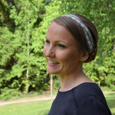 Kvinna med vävt band i håret
