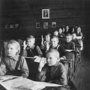 Oppilaita luokassa, suomalaisten järjestämää kouluopetusta itäkarjalaisille lapsille.