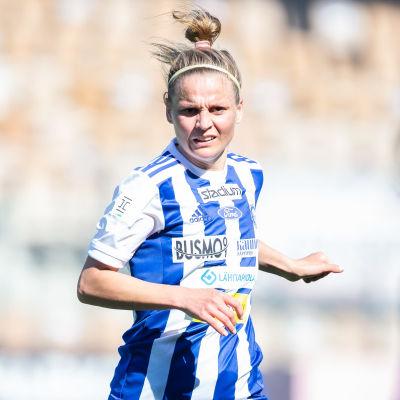 Essi Sainio på spelplan för HJK 2020