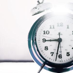 kello, kello puoli yhdeksän