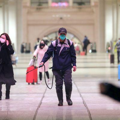 Desinfektionsmedel sprids ut på järnvägsstationen i Wuhan 22.1.2020