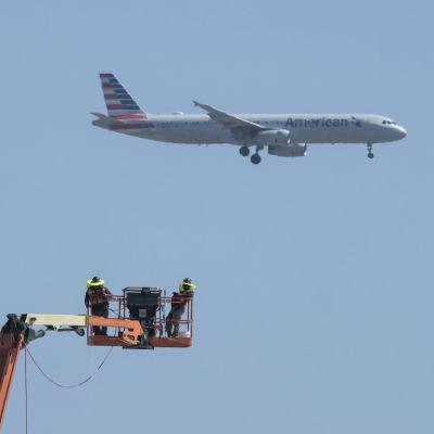 Amerikanska fackförbund befarar att över 100 000 anställda i flygbolag kommer att permitteras eller sparkas under de kommande månaderna.