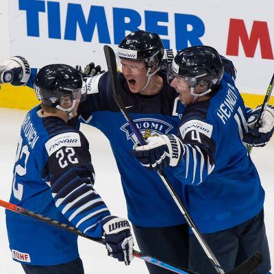 Roni Hirvonen, Anton Lundell ja Ville Heinola pääsivät tuulettamaan voittomaalia puolivälierässä Ruotsia vastaan.