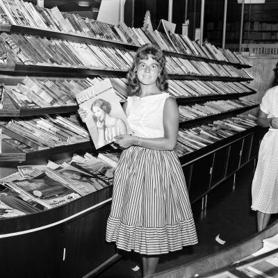 Nainen pitää kädessään Seura-lehteä.