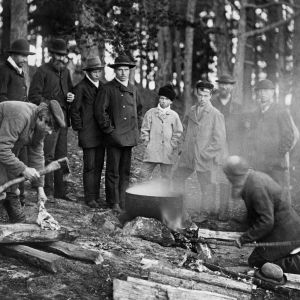 I. K. Inhan valokuvassa uhrilihan keittämistä kalmalehdossa