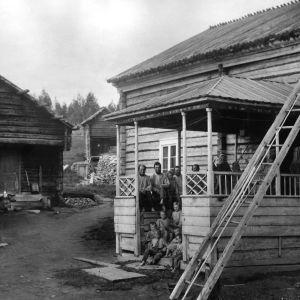I. K. Inhan valokuvassa Rajalan talo Paanajärvellä