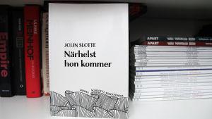 Boken Närhelst hon kommer av Jolin Slotte.