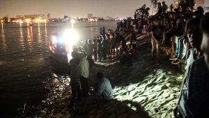 Sökarbetare efter en färjeolycka  i Egypten som krävde minst 15 människoliv i juli 2015.