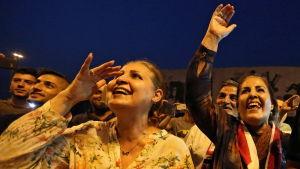 Irakiska kvinnor jublar över befriandet av Mosul i Bagdad.