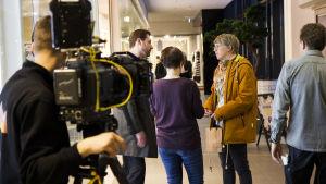 Uuden päivän ohjaaja Anne Syrjä ohjeistamassa näyttelijöitä.