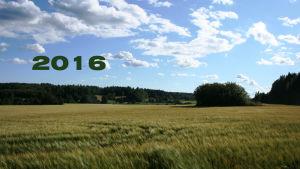 Bild på östnyländska åkrar med åratalet 2016 skrivet i grönt.