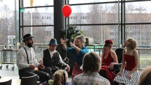 En grupp rulstolsdansare uppträder.