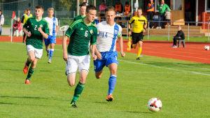 Tobias Fagerström (t.h) är med i i Finlands U-17-landslag i fotboll.