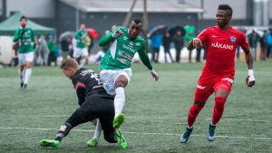 EIF:s Mamadou Konate i en närkamp med FC Inters målvakt Jukka Lehtovaara.