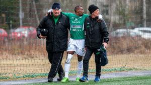 Mamadou Konate får hjälp att gå av fotbollsplan.