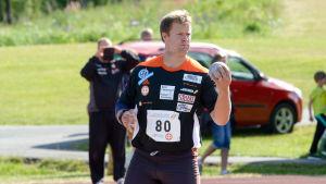 Tomas Söderlund står med en kula i handen.