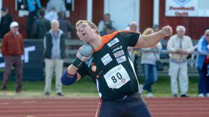 Tomas Söderlund stöter kula.