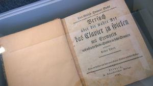 Säveltäjämuseosta löytyi alkuperäispainos Carl Philipp Emanuel Bachin pianonsoitto-oppaasta Versuch über die wahre Art, das Clavier zu spielen (Tutkielma oikeasta tavasta soittaa klaveeria).
