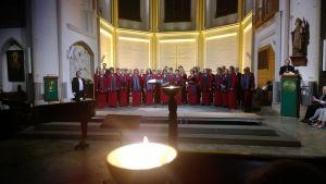 St. Petrin kirkossa vietettiin Kuorojen yötä. Viimeisenä kuorona alttarille saapui Bergedorferin Kamarikuoro johtajanaan Frank Löhr.