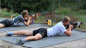Dennis Rehnström, ÖSK, och Joakim Nordström, Lovisa Tor, skjuter i FSSM i löpskytte 2016 i Västerby.