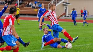 BK:s Casper Källberg i kamp om bollen med FC Kontus Roope Rahikka.