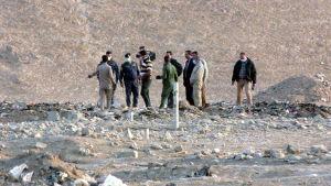 Irakiska poliser och experter utreder massgravar utanför Mosul, där jihadister misstänks ha begravt sina offer