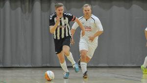 Timo Brotkin springer med bollen.