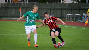 Vili-Verneri Roivainen försöker ta bollen i från en motståndare på fotbollsplanen.