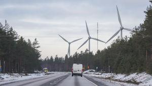Riksväg 25 i riktning mot Hangö på en plats där vindkraftverken syns