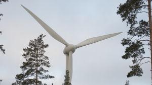 Ett vindkraftverk in vid riksväg 25