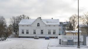 Ett hus i Hangö centrum med texten Villa Orrman