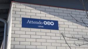 Skylt på väggen av Attendos Servicehus Lähde i Hangö