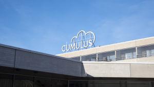 Sjundeå bad hotellbyggnad. taket med cumulus logo syns.