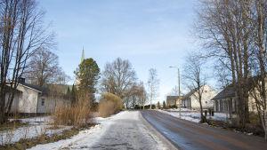 En gata i degerby där man ser kyrkan.