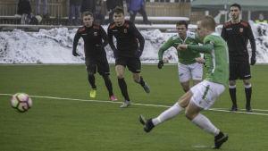 Johan Estlander sparkar bollen från straffpunkten.