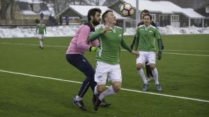 Legirus målvakt Daniel Sanchez Rodriguez fäller EIF:s Theo Lundström.