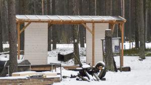 halvfärdig info skylt byggnad i skogen