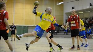 HIK:s Fredrik Karlsson dyker in i målgården och kastar bollen.