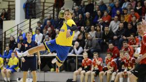 HIK:s Oliver Nordlund skjuter ett hoppskott.