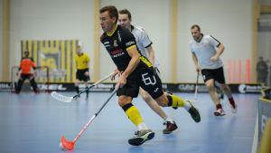 Knightsspelaren Henrik Himmelroos springer med bollen vid klubbladet.