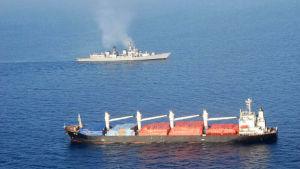 Ett Tuvaluregistrerat fartyg med en virkeslast kapades av sjörövare i Adenviken utanför Somalia. Indiska och kinesiska fregatter räddade manskapet som bestod av 19 sjömän