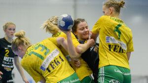 Tre SIF-spelare stoppar en ÅIFK-spelare.