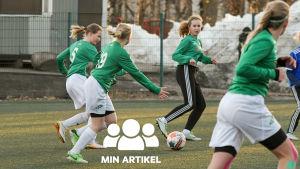Ekenäs IF:s 03 födda flickor passar bollen till varandra.