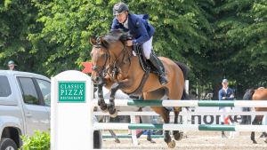 John Antell med hästen Osaka Hästak hoppar över ett hinder.