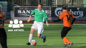 kvinna spelar fotboll