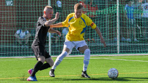 Nylands brigads Otto Hirvonen med bollen.