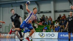 BK:s Andreas Rönnberg skjuter bollen mot mål.