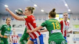 BK:S Sirja Lassinharju-Heinonen går mot mål.