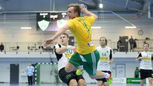 SIF:s Gustav Svanbäck hoppar in i målgården för att skjuta bollen i mål.
