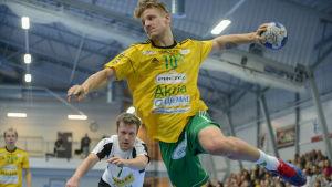 SIF:s Sten Maasalu hoppar in i målgården för att skjuta bollen i mål.